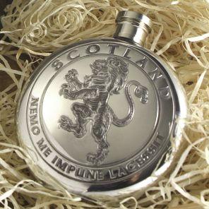 """Фляжка круглая из британского пьютера """"Геральдический лев на Щите""""- 6oz Round Lion Rampant."""