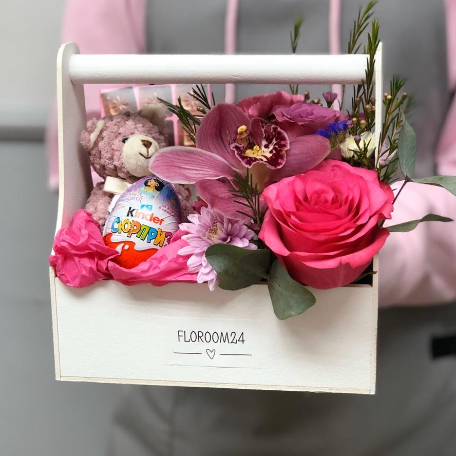 Цветочный ящик с шоколадом, мишкой и киндером