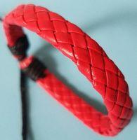 Кожаный плетеный браслет красного цвета