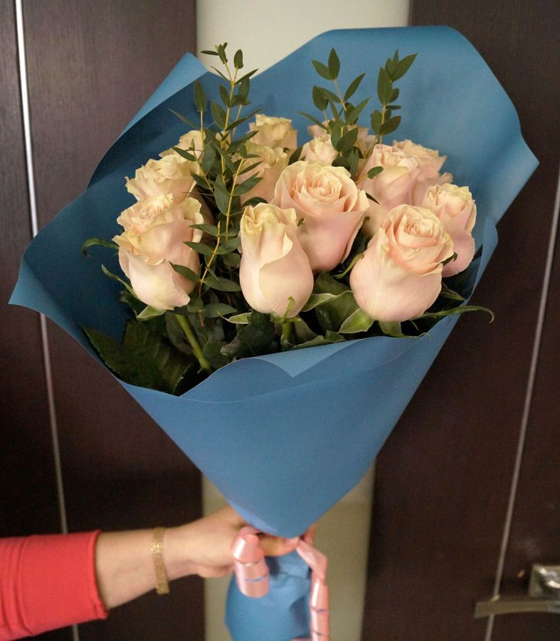 13 роз - Пинк мондиаль с эвкалиптом (60 см)