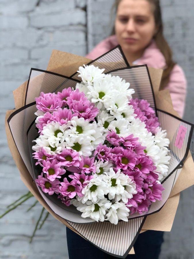 Букет из розовых и белых  хризантем