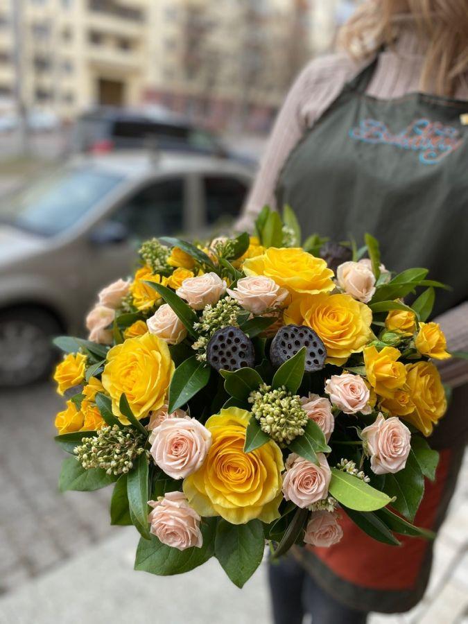 Букет из желтых роз и лотоса