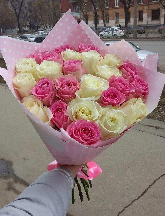 25 роз - белые и розовые (60 см)