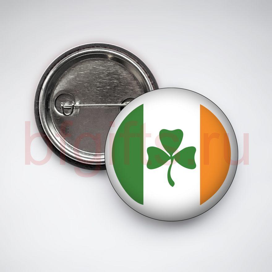 Значок Шамрок на фоне ирландского флага