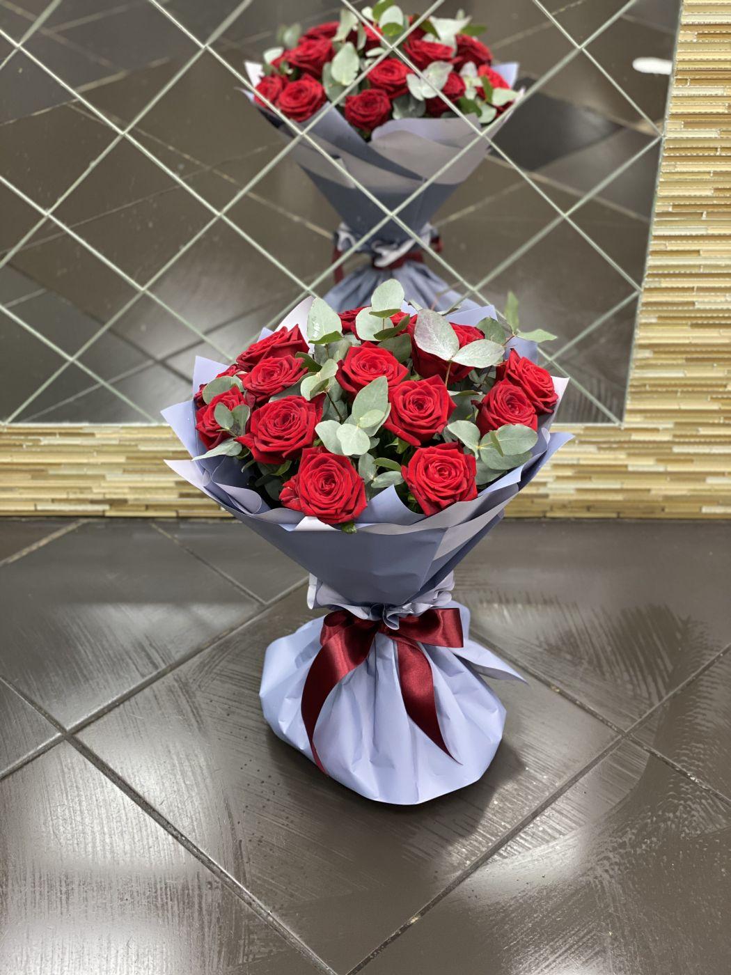 Букет из 15 роз и эвкалипта в упаковке
