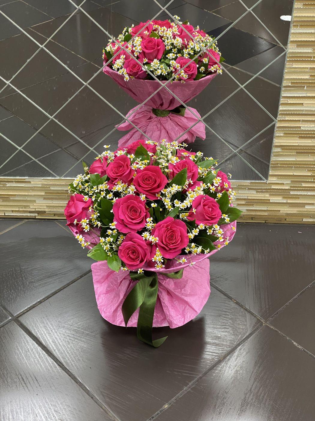 Букет из 15 роз и 10 танацетумов, зелени