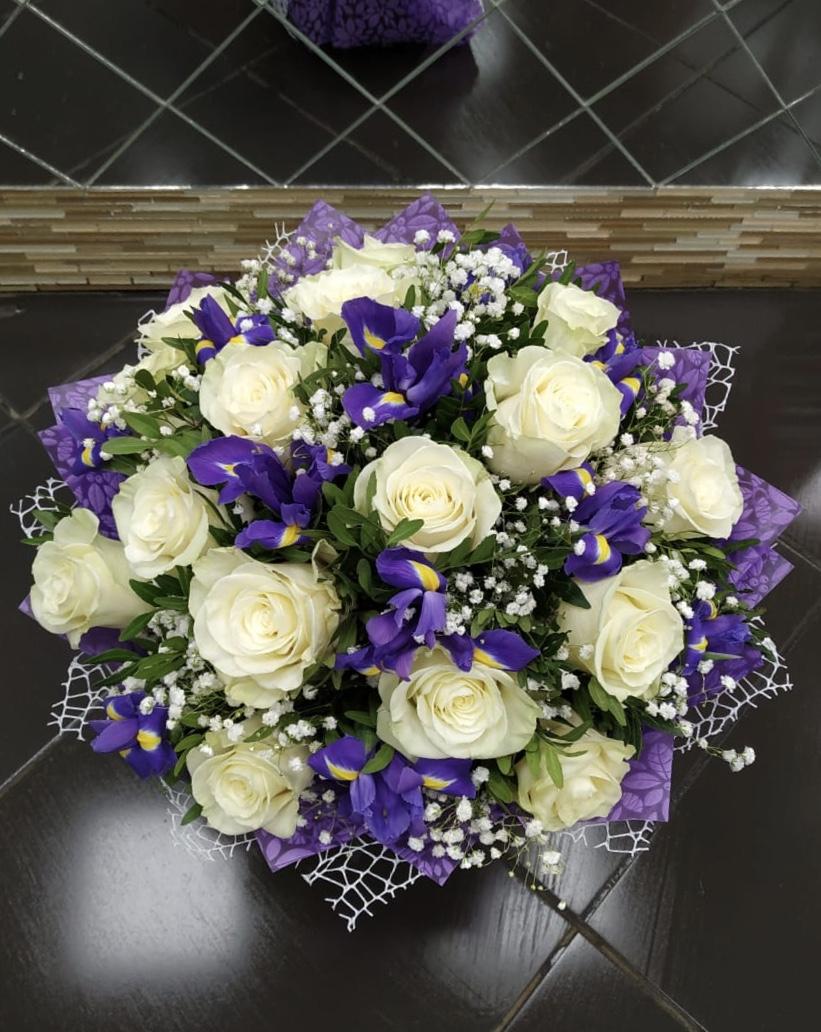 Букет из 15 роз и 10 ирисов, гипсофила, зелени