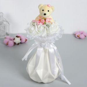 Букет с мишкой «От всего сердца», 7 цветков, цвет белый