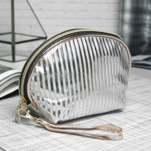 Косметичка-сумочка, отдел на молнии, с ручкой, цвет серебро