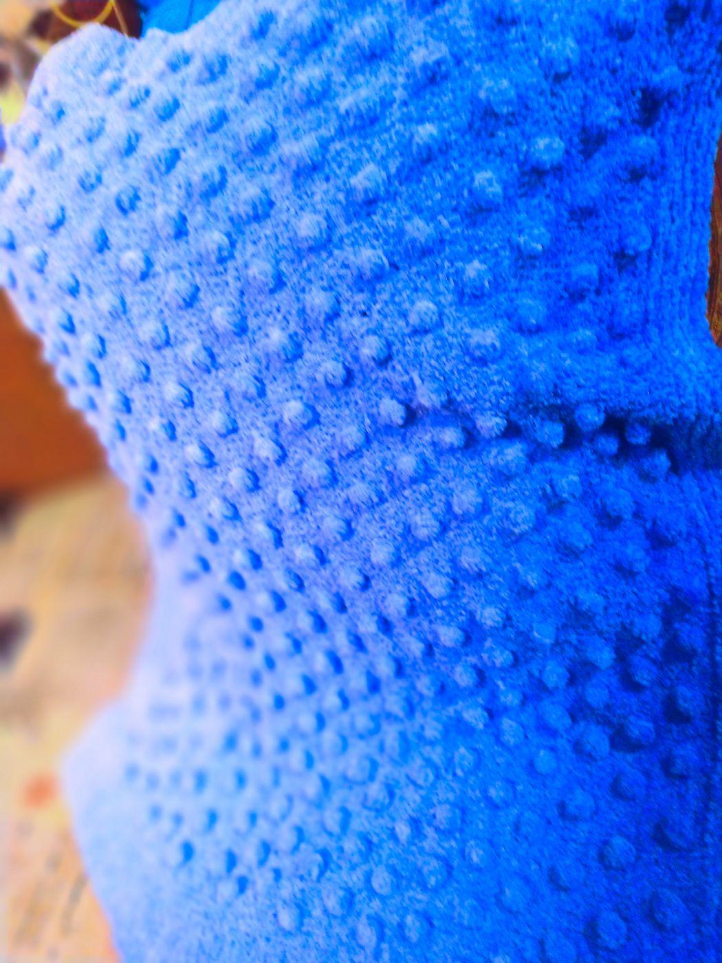 Голубой  плед с шишечками из плюшевой пряжи.
