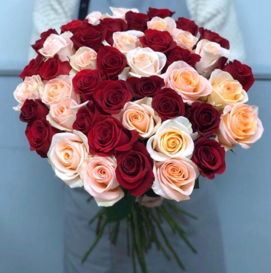 51 роза Эквадор 60 см красно-персиковый микс
