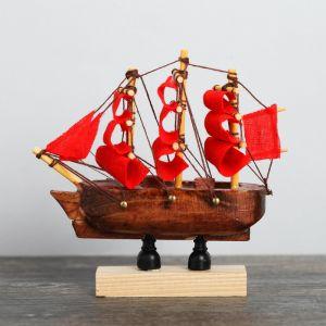 Корабль на фигурной деревянной подставке 8 см, красные паруса 4810992