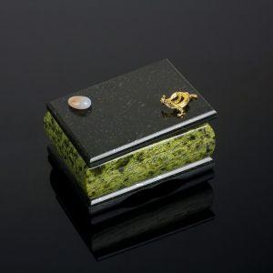 Шкатулка с ящеркой и галтовкой, 8,5х12х6,5 см, змеевик 805337