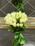 Букет из 25 роз кенийской белых с лентой