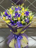 Букет из 15 тюльпанов и 11 ирисов, 6 танацетумов, зелени