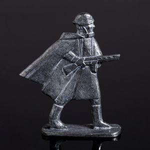 """Оловянный солдатик """"Рядовой в плащ-палатке в бою"""""""