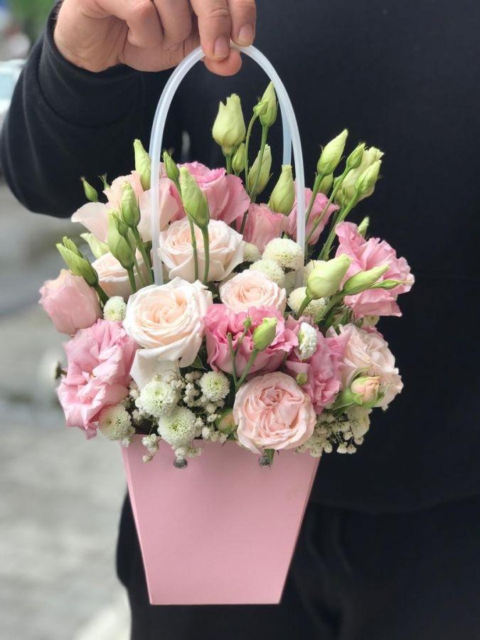 Сумочка с эустомой и пионовидными розами