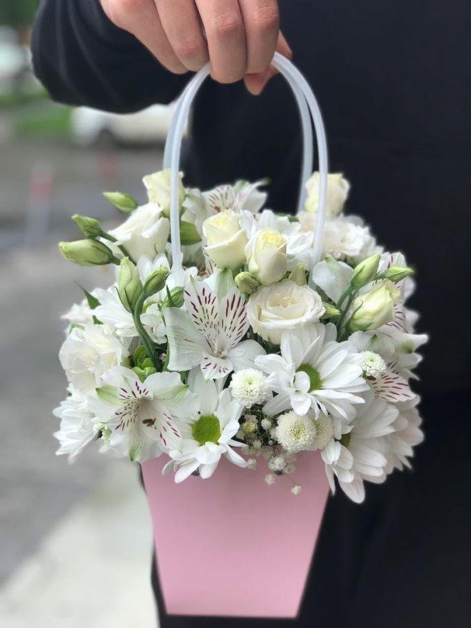 Сумочка с эустомой и ромашковой хризантемой