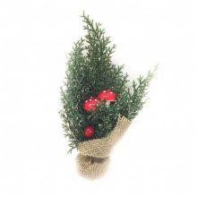 Новогодняя икебана Туя с миниатюрными грибочками и крупными ярко-красными ягодами.