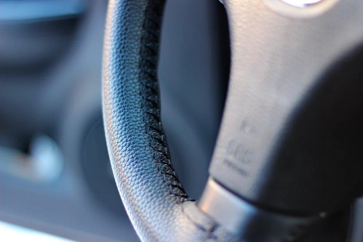 Оплётка на руль ЭкоКожа (синяя строчка)