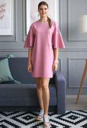 Короткая длина розового платья и разрезы по бокам открывают ножки.