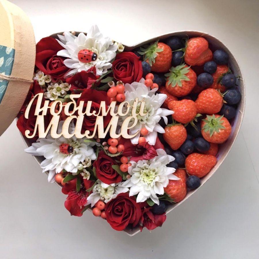 Коробочка-сердце с цветами и ягодами