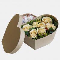 Коробка сердце с персиковыми розами