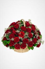 Ритуальная корзина из живых цветов 50 красных роз с гипсофилами и зеленью
