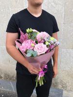 Розовые розы и пион