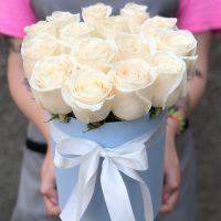 15 белых роз в шляпной коробке