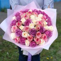 51 роза микс 50 см в красивой упаковке