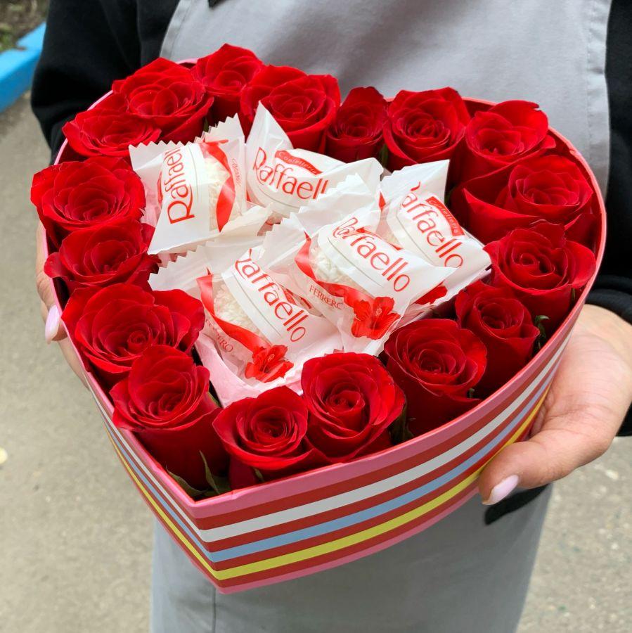 Розы и рафаэлло в коробочке