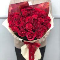 25 красных роз 70 см в стильной упаковке