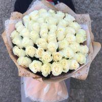 51 белая роза 70 см в красивой упаковке