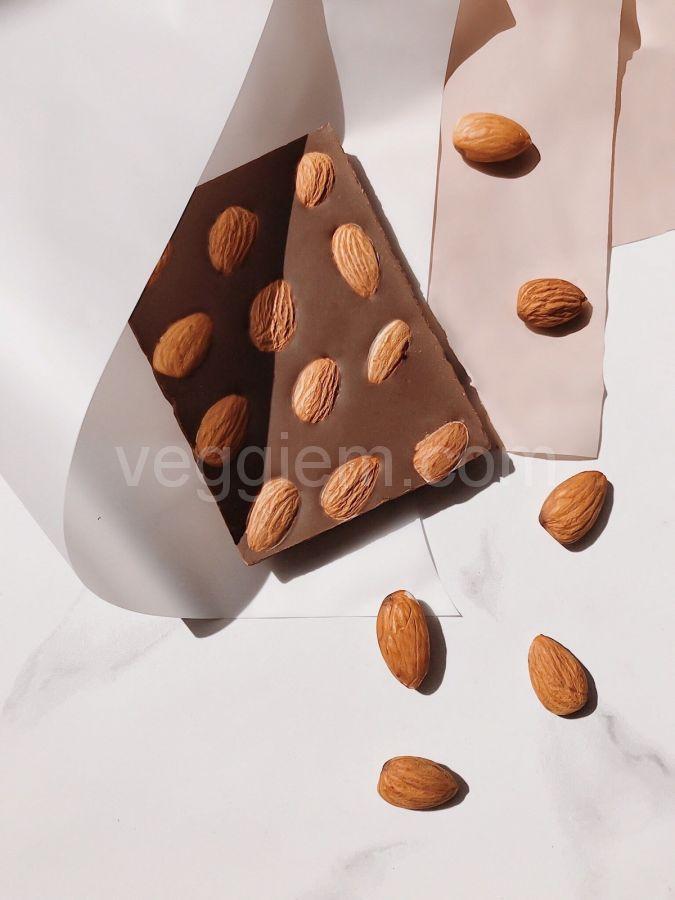 Шоколад на керобе с цельным миндалем,85 грамм