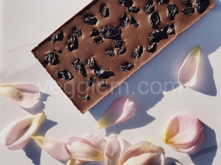Черный шоколад с кедровыми орехами и изюмом,85 грамм