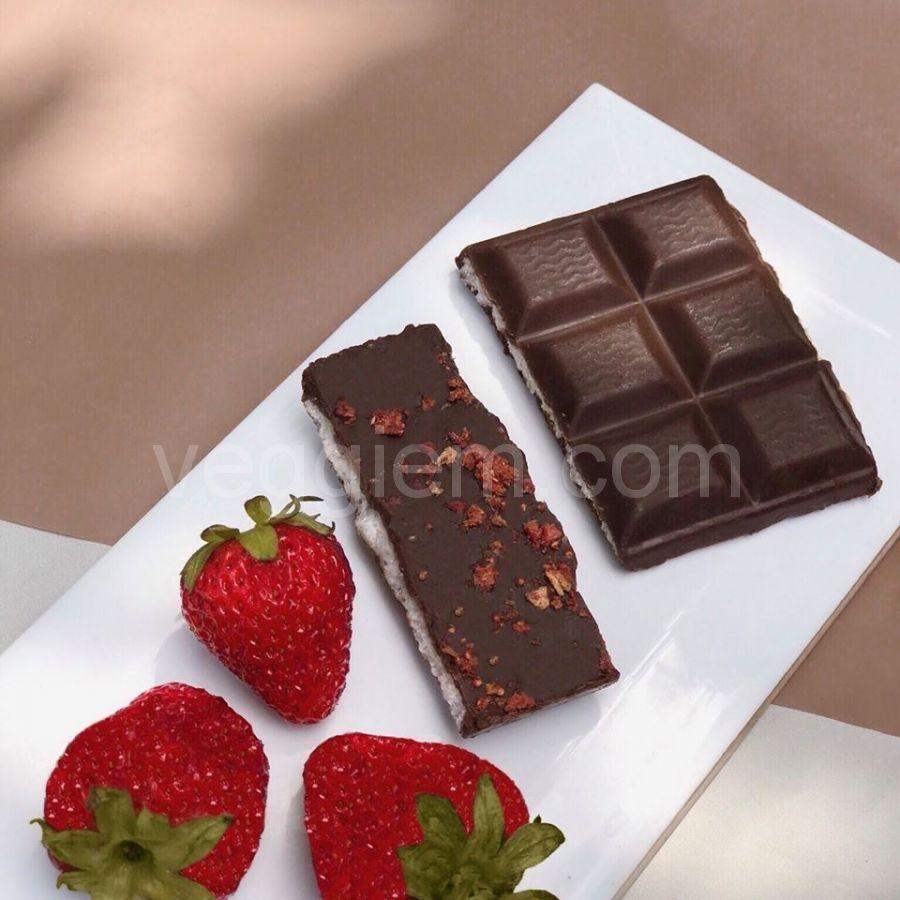 Шоколад на керобе с ореховой начинкой и клубникой,100 грамм