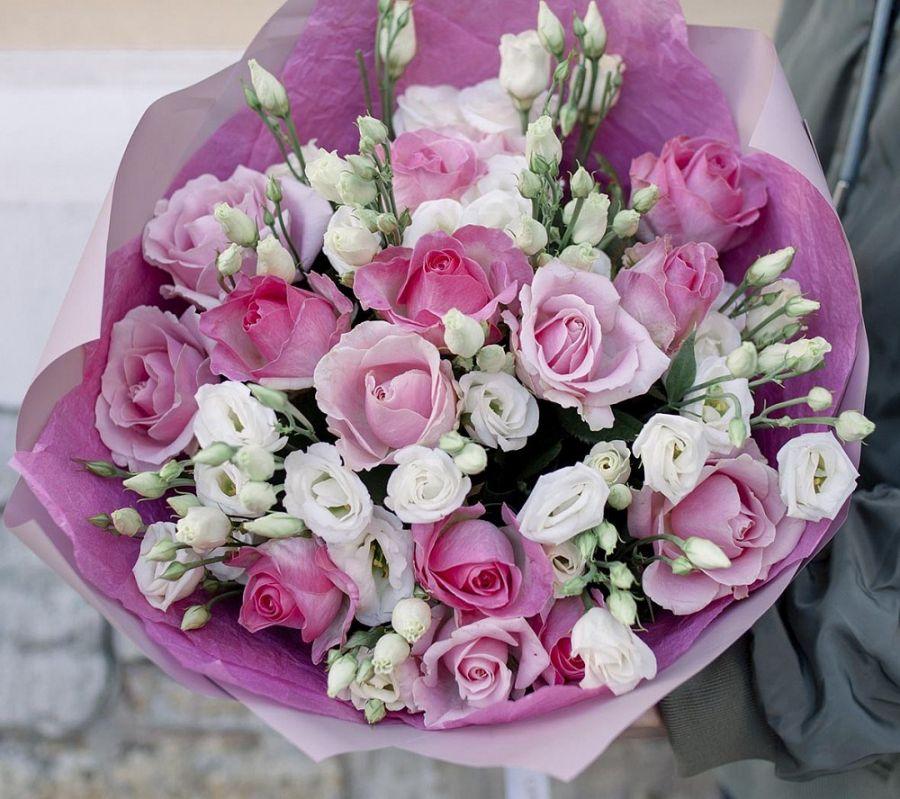 Букет из белой эустомы и розовой розы