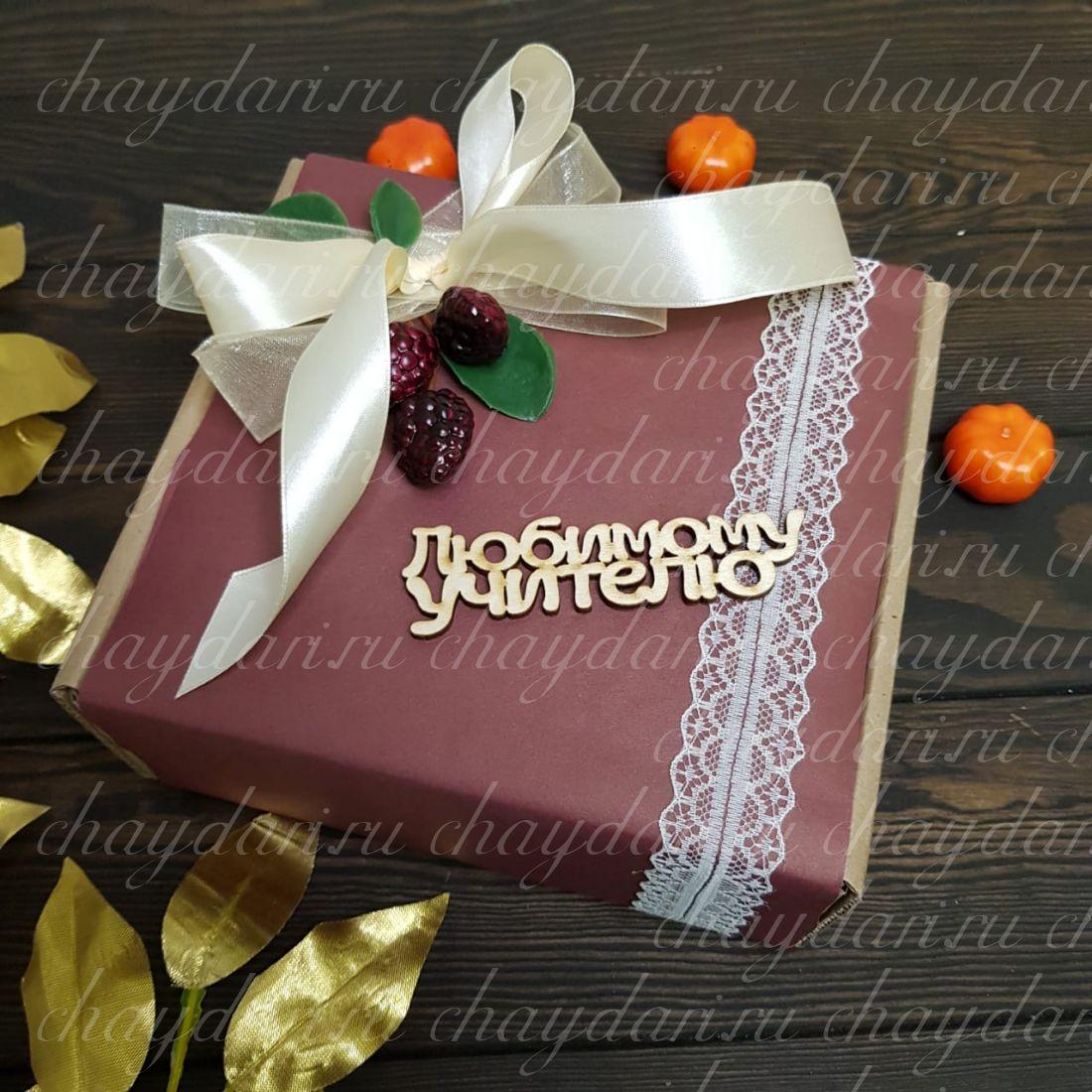 """Коробка с чаем и сладостями """"Ягодная любимому учителю"""""""