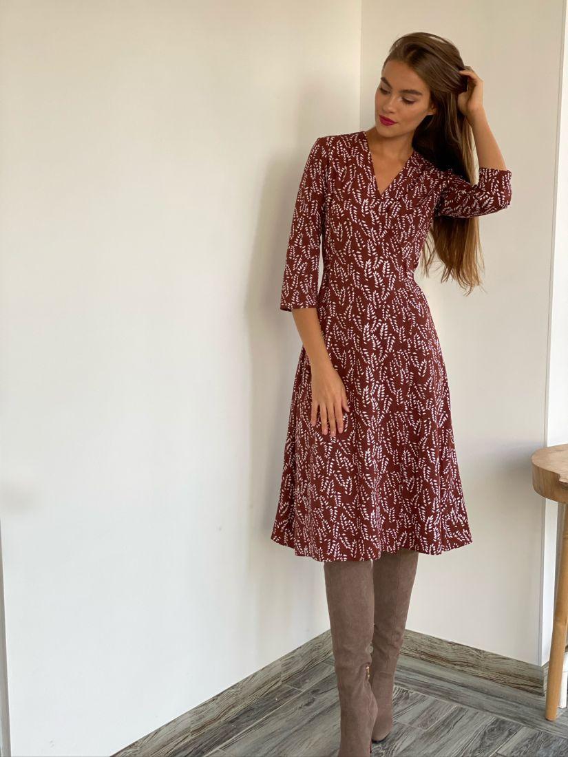s2631 Платье с запахом в коньячном цвете с веточками