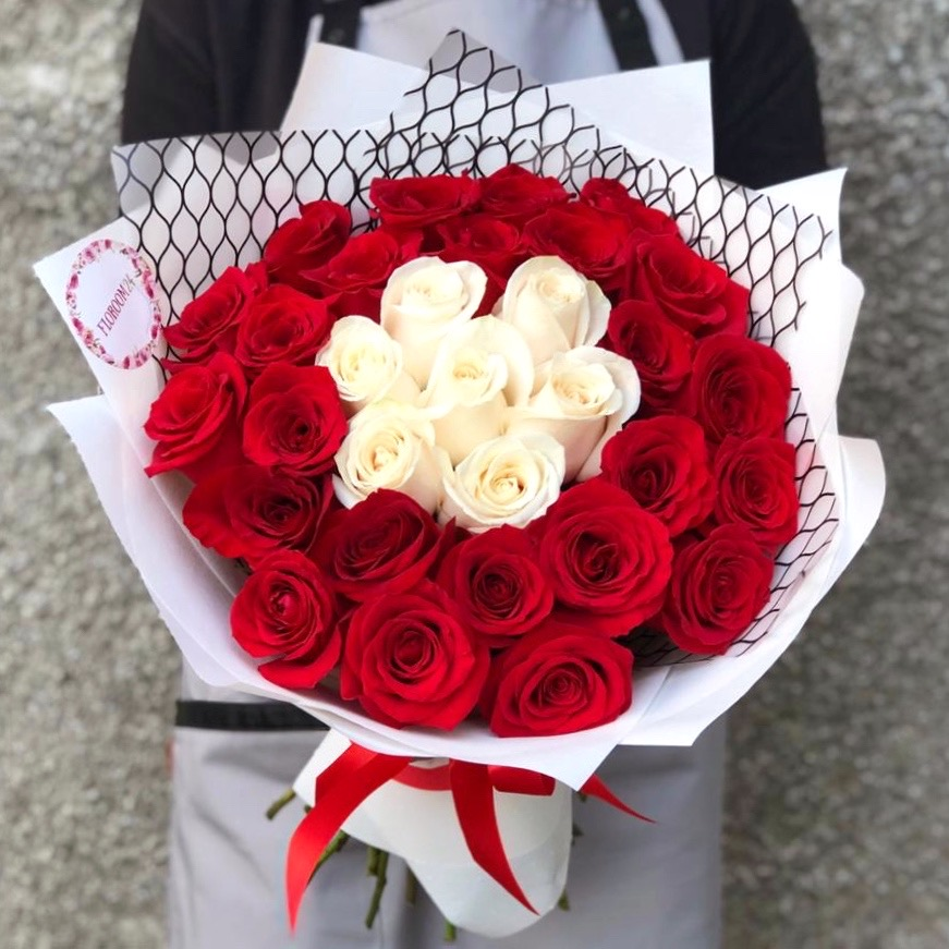 35 роз Эквадор 60 см в красивой упаковке
