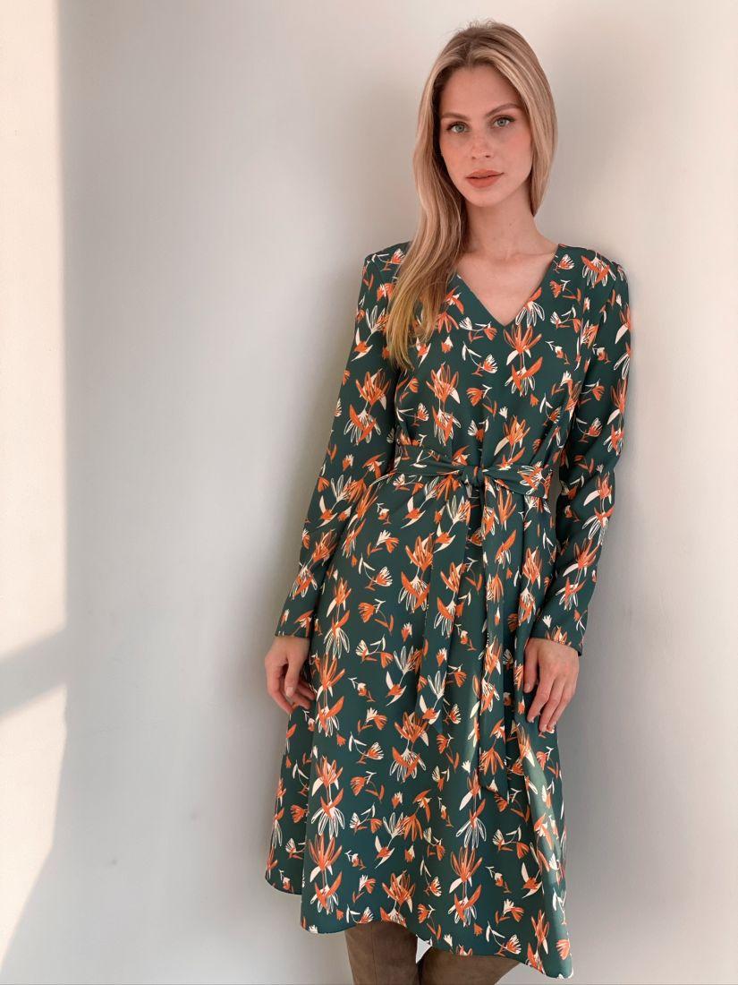 s2963 Платье-трапеция зелёное с абстрактным принтом