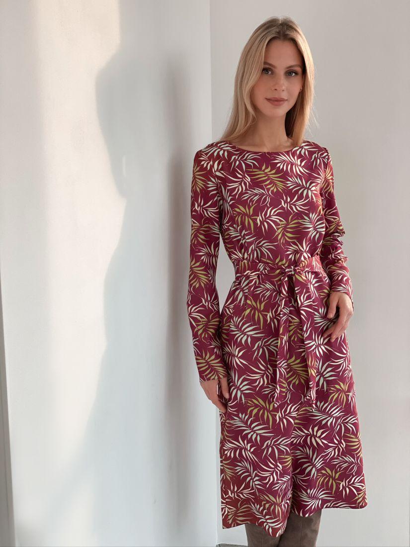 s2970 Прямое платье в бордовом цвете с веточками