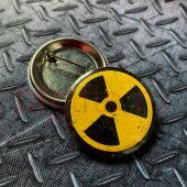 Металлический значок радиация