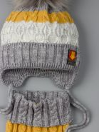 РБ 00-0022092 Шапка вязаная для мальчика с помпоном на завязках, трехцветная + манишка, серый