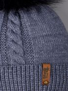 РБ 00-0022238 Шапка вязаная для мальчика с помпоном на завязках, на отвороте нашивка baby boss, серо-синий