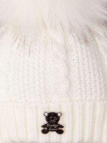 РБ 13996 Шапка вязаная для мальчика на завязках с помпоном, на отвороте нашивка мишка, молочный