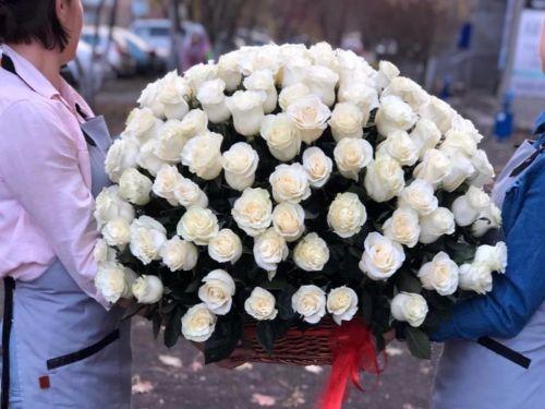 121 белая роза в корзине