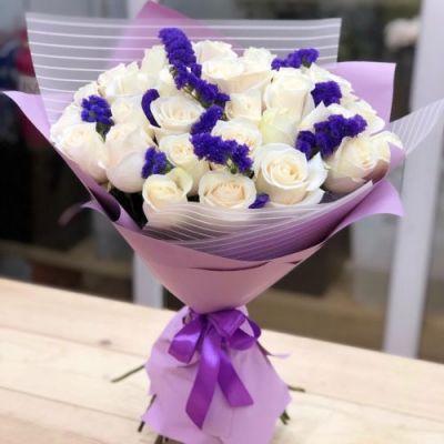 Букет из белой розы со статицей