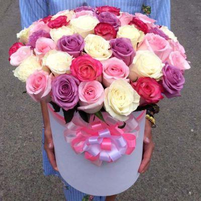 51 роза микс в шляпной коробке